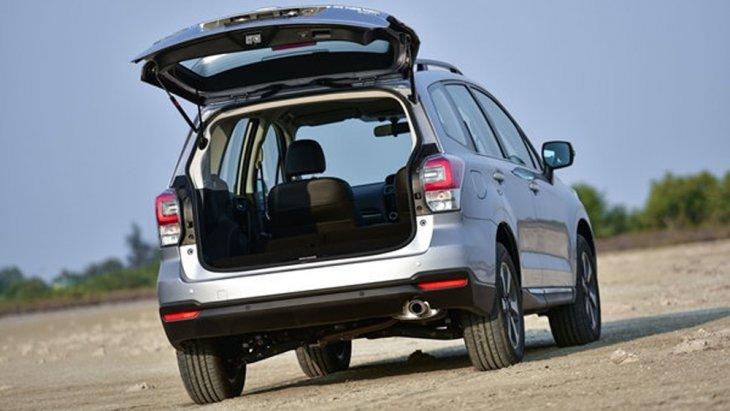 Subaru Forester เพิ่มพื้นที่จัดเก็บสัมภาระด้านหลังมากยิ่งขึ้นพร้อมประตูท้ายเปิด-ปิด ได้ด้วยไฟฟ้าติดตั้งฟังก์ชั่นกำหนดระดับความสูงของประตูหลังได้จากสวิตช์ควบคุมภายในห้องโดยสาร