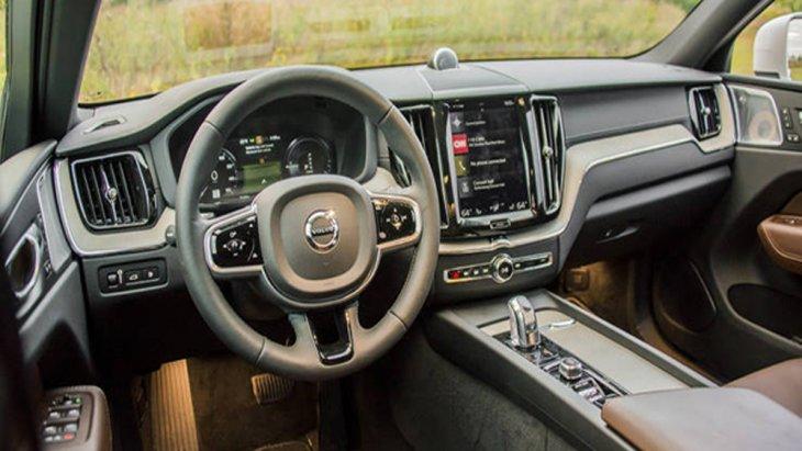 การออกแบบภายใน Volvo XC60 T8 โดดเด่นด้วยการตกแต่งภายในระดับ Luxury Car ติดตั้งพวงมาลัยแร็ค แอนด์ พิเนียน หุ้มหนังแท้สี Charcoal