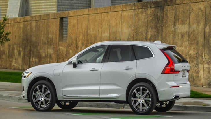 Volvo XC60 T8 ติดตั้งกระจกมองข้างสีเงิน-เมทัลลิกมันเงา พร้อมกรอบตกแต่งด้านหน้าชุบโครเมียม คิ้วประตูด้านล่างชุบโครเมียมพร้อมสัญลักษณ์ Inscription แบบลายนูนบริเวณด้านข้างตัวรถ