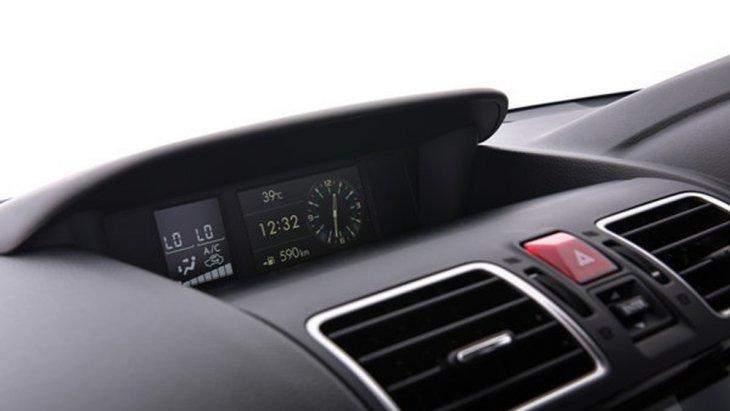 ในบริเวณคอนโซลกลางติดตั้งหน้าจอแสดงการทำงานของระบบต่างๆภายในรถ พร้อมช่องจ่ายไฟขนาด 12 V ใน 3 ตำแหน่ง