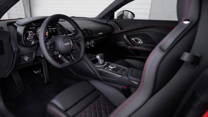 บริเวณมือเปิดประตูเลือกใช้วัสดุอะลูมิเนียมและคาร์บอนไฟเบอร์ เพิ่มความปลอดภัยและทนทานให้กับตัวรถได้อย่างดี