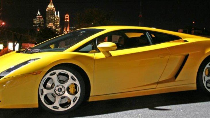 เส้นสายที่รับกับตัวรถได้อย่างดี ช่วยให้  Lamborghini Gallardo 2004 ยังเป็นที่นิยมถึงในปัจจุบัน
