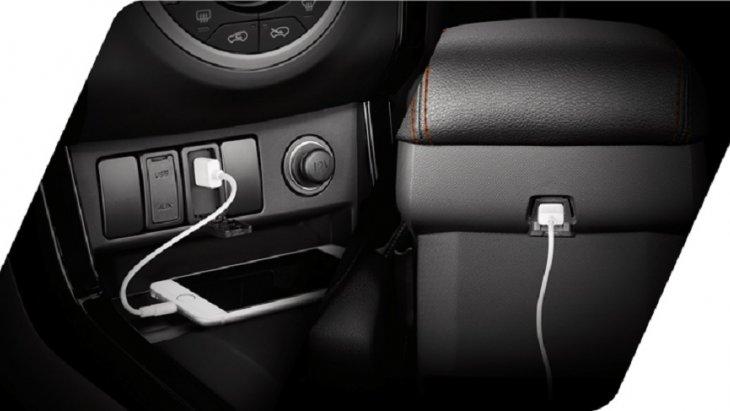 ช่อง USB ชาร์จไฟ 2 ตำแหน่ง ด้านหน้าและด้านหลังคอนโซลกลาง