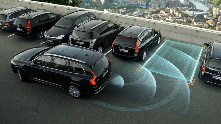 ระบบช่วยในการจอดรถกึ่งอัตโนมัติ Park Assist Pilot จะเข้าควบคุมพวงมาลัยและนำรถของคุณเข้าที่จอด