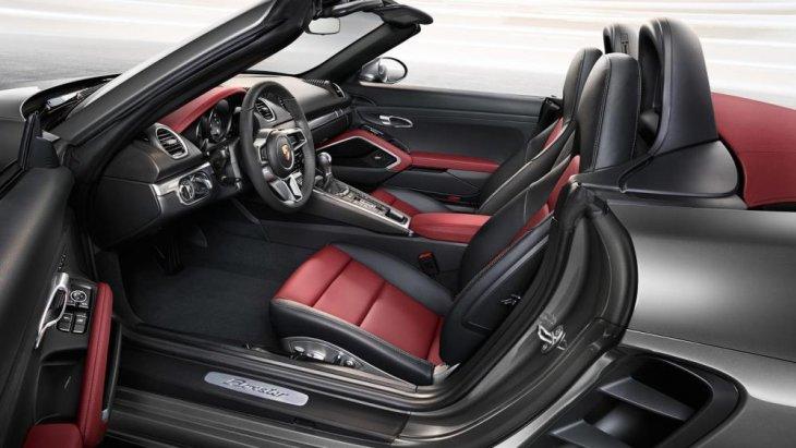 เบาะคู่หน้าที่ดีไซน์ให้มีสีแดงตัดสลับกับสีดำ เพิ่มความสปอร์ตและดุดันให้กับรถมากขึ้น