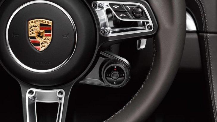 สัญลักษณ์  Porsche บริเวณพวงมาลัย พร้อมระบบเซฟตี้ภายในพวงมาลัย และตำแหน่งอุปกรณ์การใช้งานต่างๆ ถูกย่อส่วนสาระสำคัญไว้บนพวงมาลัย เพื่อความสะดวกขึ้น