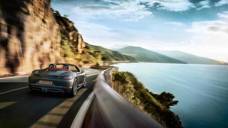 การออกแบบด้านหลังเพิ่มความดุดันด้วยช่องดักอากาศขนาดใหญ่ ส่วนด้านท้ายรถโดดเด่นด้วยแผงทับทิมสะท้อนแสงพร้อมโลโก้ Porsche คาดยาวตลอดแนวตัวถังระหว่างโคมไฟท้ายแบบกระจกใส