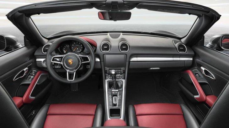 ส่วนภายในห้องโดยสาร Porsche 718 Cayman 2017 ใหม่ องค์ประกอบกับการจัดวางอุปกรณ์ภายใน นั้นไม่ต่างจาก Porsche Cayman หรือ Boxster เดิมมากนัก แต่รายละเอียดถูกขัดเกลาให้สปอร์ตและน่าประทับใจขึ้น