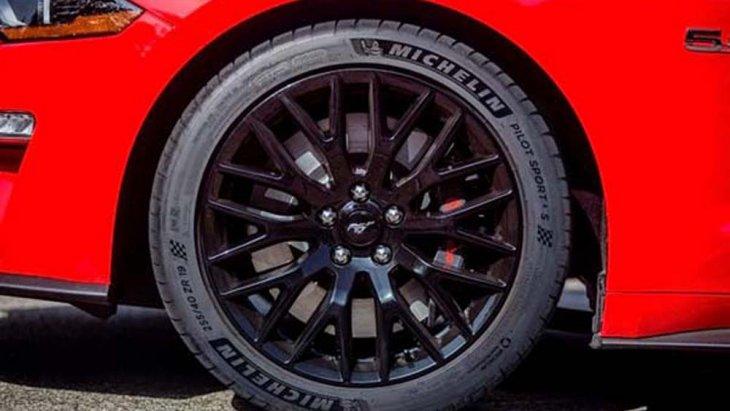 Ford Mustang มาพร้อมยางคุณภาพสูงจาก Michelin Pilot Sport 4 S ที่ติดตั้งมากับล้อแม็กซ์ทรงสปอร์ตขนาด 19 นิ้ว โดยยางด้านหน้ามีความหนาประมาณ 225 มิลลิเมตร และ 275 ทางด้านหลัง