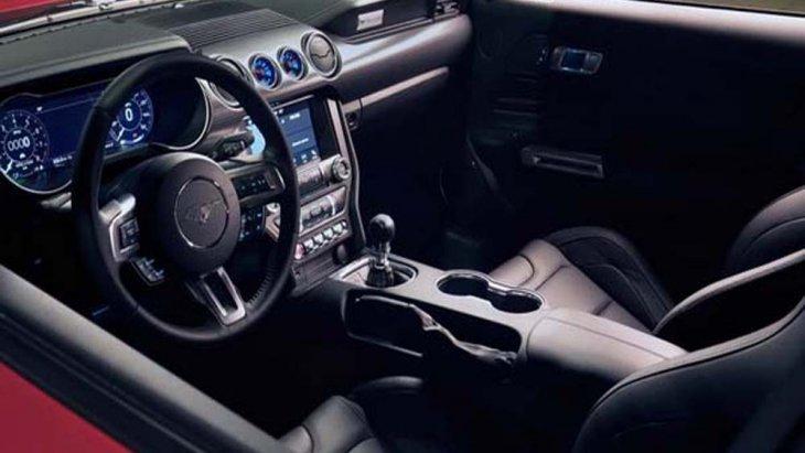 Ford Mustang 2018  ติดตั้งพวงมาลัย Paddle Shift แบบ 3 ก้าน พร้อมระบบทำความร้อนที่พวงมาลัย อีกทั้งยังเลือกปรับตั้งค่าระบบกันสะเทือนบนพวงมาลัยได้ตามที่ผู้ขับขี่ต้องการ