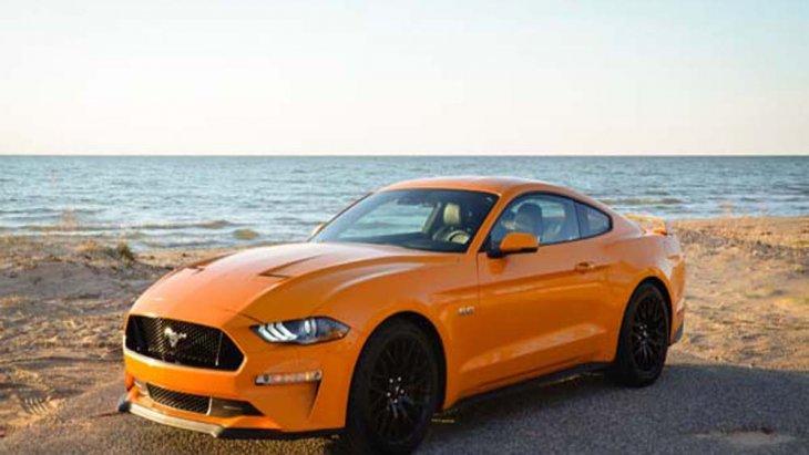 Ford Mustang 2018 ได้รับการปรับโฉมหน้าผ่านการดีไซน์โครงหน้ารถให้มีไดนามิคที่กดต่ำลงมากขึ้นเพิ่มเสน่ห์ให้รถดูสปอร์ตพร้อมสะกดทุกสายตา