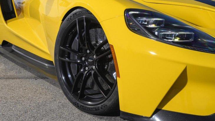 สำหรับยางนั้น จะมีคุณภาพสูงจะใช้เป็นของแบรนด์ Michelin การเพ้นท์สีด้วยสีเหลืองสดใสให้รถแบบ Ford GT