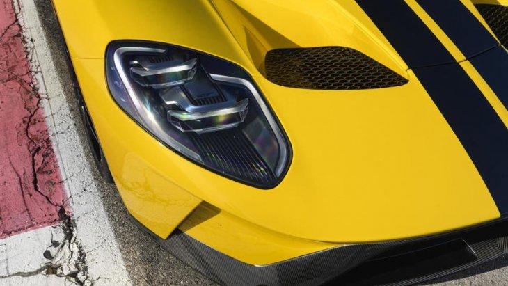 ไฟด้านหน้าที่มีส่วนโค้ง เว้า และเรียวรี เพิ่มความสปอร์ตและประสิทธิภาพการส่องสว่างให้กับตัวรถ