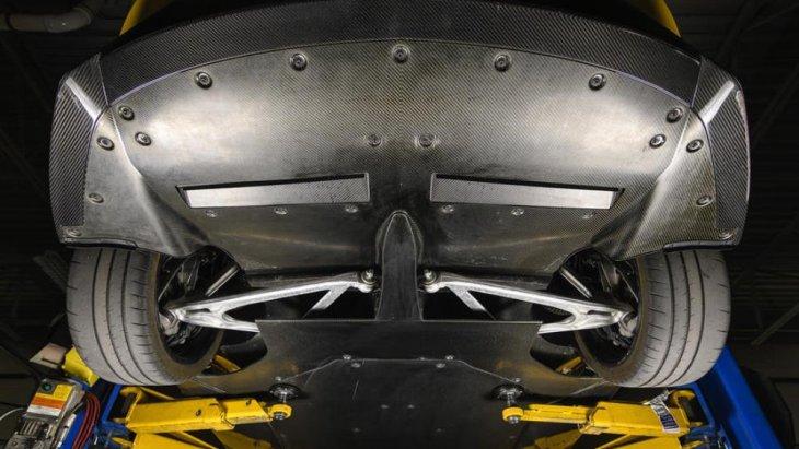 ในส่วนของใต้ท้องรถนั้น มีการยกให้สูงขึ้นเล็กน้อย เพื่อการขับขี่ที่ลงตัวของ Ford GT