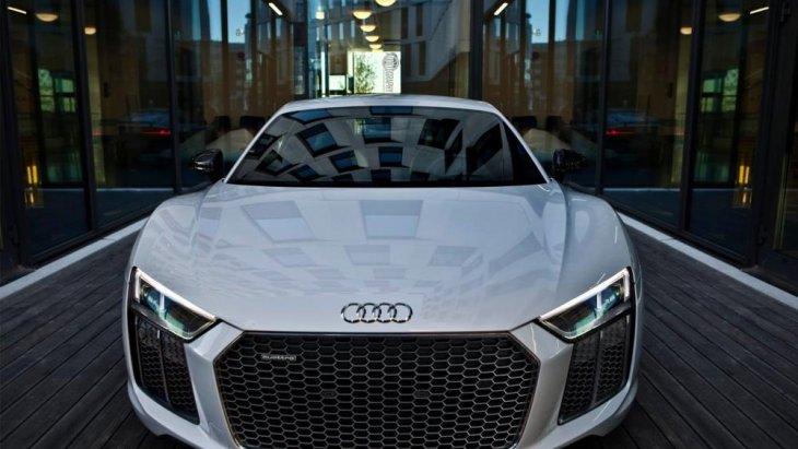 2017 Audi R8 V10 Plus มีการติดตั้งเครื่องยนต์เบนซินฉีดเชื้อเพลิงโดยตรง DOHC วี 10 สูบ 5,204 ซีซี