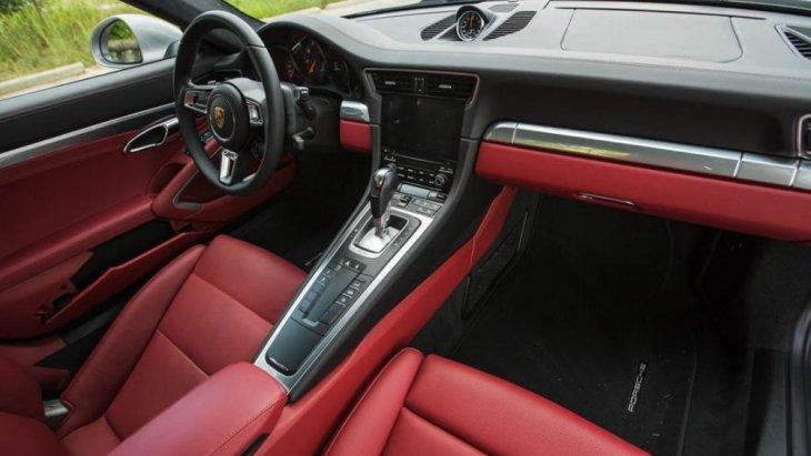 Porsche 911 Carrera 4S ยังคงไว้ซึ่งการออกแบบภายในห้องโดยสารด้วยวัสดุที่มีคุณภาพสูง โดยเฉพาะ ในรายละเอียดของส่วนต่าง ๆ ที่ผู้ขับขี่หรือผู้โดยสารต้องสัมผัสกับรถ