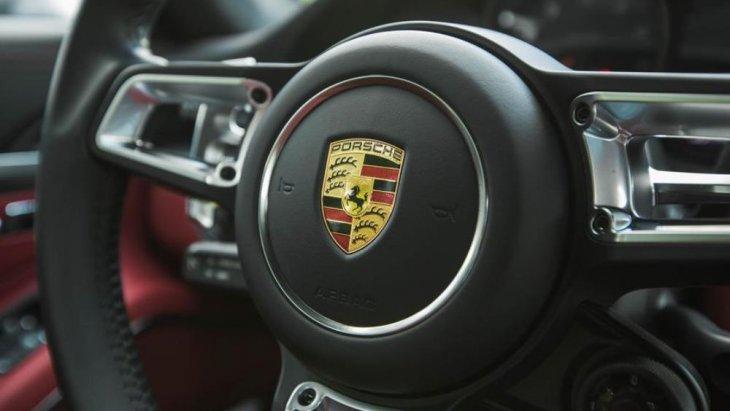 สัญลักษณ์ของ Porsche บนพวงมาลัย และการดีไซน์พวงมาลัยเพิ่มทัศนวิสัยบริเวณหน้าปัดวัดค่าให้มองเห็นได้ง่าย