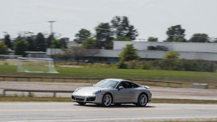 Porsche 911 Carrera 4  ใหม่มาพร้อมเครื่องยนต์สูบนอน  6 สอบ ขนาด  3.4  ลิตร ให้กำลัง  350  แรงม้า