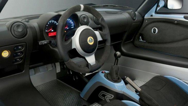 Lotus Exige Sport 410 มาพร้อมกับออพชั่นที่ให้คุณได้สัมผัสความเป็นรถสปอร์ต ด้วยพวงมาลัยหุ้มหนัง Alcantara, เบาะนั่งสไตล์สปอร์ตพร้อมครอบหลังคาร์บอนไฟเบอร์ ซึ่งวัสดุรองนั่งมีให้เลือกทั้งเบาะหุ้ม Alcantara ผสมหนัง หรือเบาะหนังล้วน และอีกมากมาย