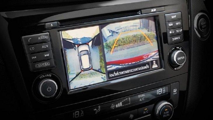 ระบบกล้องมองหลัง 360 องศาจะประมวลผลและแสดงภาพจากมุมสูงผ่านหน้าจอทัชสกรีนบริเวณคอนโซลกลาง ให้คุณขับขี่หรือจอดรถได้อย่างมั่นใจมากยิ่งขึ้น