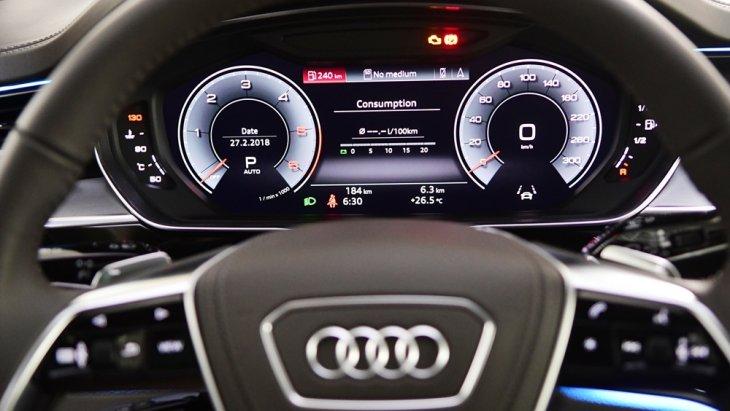 มาตรวัดความเร็วเป็นแบบ Virtual Cockpit ขนาด 12.3 นิ้ว พร้อมระบบแสดงข้อมูลขับขี่บนกระจกหน้า มาพร้อมหน้าจอ MMI Navigation Plus with MMI Touch Response ขนาด 10.1 นิ้ว และจอควบคุมมัลติฟังก์ชั่นแบบสัมผัสขนาด 8.6 นิ้ว