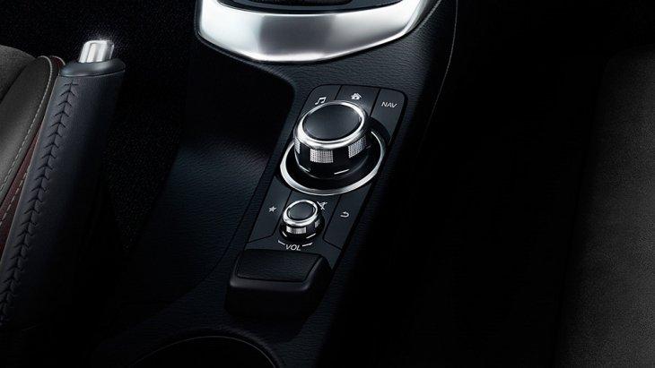 ปุ่มควบคุม Center Commander ที่ตำแหน่งข้างลำตัวด้านซ้ายของผู้ขับ ใช้หมุนเพื่อเลือกฟังก์ชั่นสั่งงานต่างๆในรถ