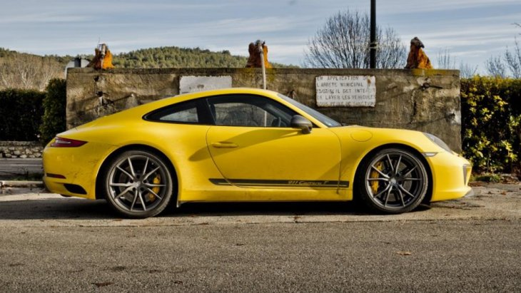เส้นสายการออกแบบที่บ่งบอกความเป็น Porsche ได้อย่างดี