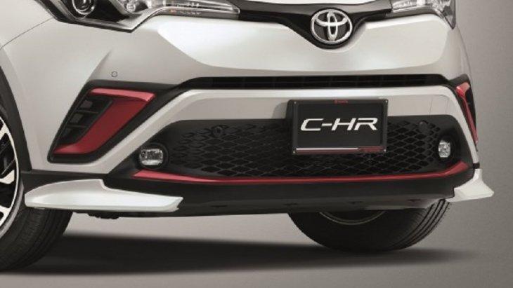 ชุดสปอยเลอร์กันชนหน้า ผลิตจากวัสดุเกรดพิเศษ TSOP (Toyota super orifin plastic) ซึ่งเป็นวัสดุตัวเดียวกับที่ทำกันชนหน้าของรถยนต์ ทำให้ชิ้นงานที่ได้มีน้ำหนักเบา ไม่ทำสี ราคา 3,300 บาท สีดำและสีเงิน ราคา 4,300 บาท