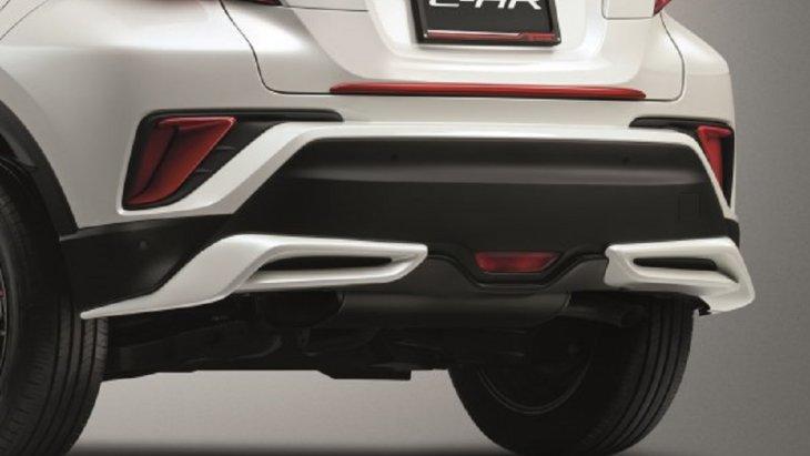 ชุดสปอยเลอร์กันชนหลัง ผลิตจากวัสดุเกรดพิเศษ TSOP (Toyota super orifin plastic) ซึ่งเป็นวัสดุตัวเดียวกับที่ทำกันชนหน้าของรถยนต์ ทำให้ชิ้นงานที่ได้มีน้ำหนักเบา ไม่ทำสี ราคา 3,500 บาท สีดำและสีเงิน ราคา 5,000 บาท