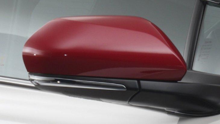 ครอบกระจกมองข้างสีแดง ผลิตจากวัสดุพลาสติก (ABS) ด้วยกระบวนการผลิตแบบ Injection Process  การออกแบบเน้นสัดส่วนของตัวชิ้นงานให้รับกับไฟเลี้ยวด้านข้างเพื่อเพิ่มความโดดเด่นหรูหรา ราคา 1,150 บาท