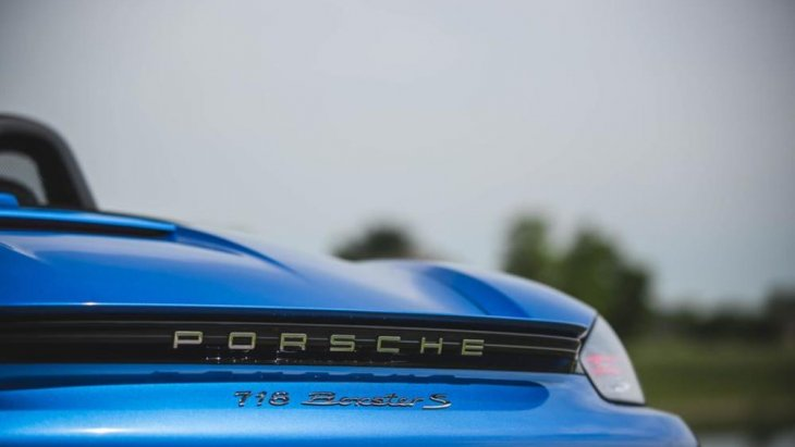 ด้านหลังมีตัวหนังสือแสดงความเป็น Porsche