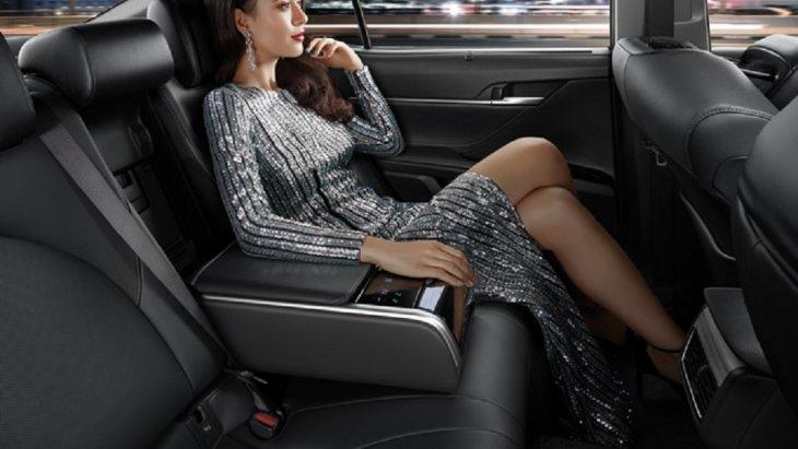 เบาะนั่งภายในห้องโดยสารด้านหลังปรับเอนด้วยระบบไฟฟ้า โดยการควบคุมผ่านหน้าจอระบบสัมผัสแบบดิจิทัลบริเวณที่พักแขน