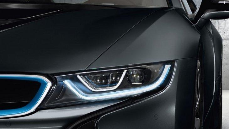 BMW i8 Coupe 2018 สวยโดดเด่นตั้งแต่ไฟหน้าแบบ LED มาพร้อมกับเทคโนโลยีสุดล้ำด้วยไฟเลเซอร์ภายในกรอบรูปตัว U เพื่อช่วยเพิ่มแสงสว่างให้กับไฟหน้าทำให้มีความชัดเจนมากขึ้นในเวลากลางคืนหรือช่วงเวลาฝนตก
