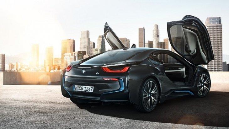 ประตูของ BMW i8 Coupe 2018 เป็นประตูแบบปีกนกที่เปิดกางขึ้นไปด้านบน ดีไซน์แบบไร้ขอบหน้าต่าง