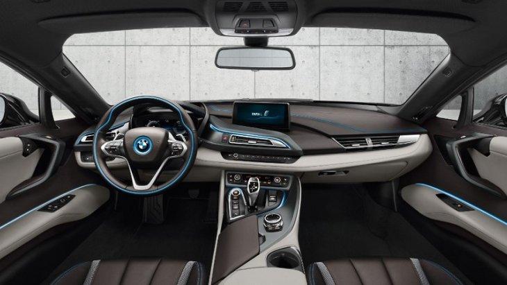 ภายในห้องโดยสารของ BMW i8 Coupe 2018 ตกแต่งสไตล์สปอร์ตสุดหรามาพร้อมกับการจัดวางอุปกรณ์และฟังก์ชั่นการใช้งานมาอย่างลงตัวโดยทุกอย่างจัดวางในตำแหน่งที่อำนวยความสะดวกและความปลอดภัยในการใช้งานต่อผู้ขับขี่