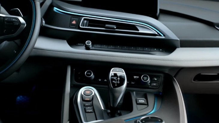 BMW i8 Coupe 2018 มาพร้อมกับโหมดการขับขี่มากถึง  3 โหมด ได้แก่ โหมด COMFORT, โหมด ECO PRO และSPORT แถมยังมีปุ่ม eDrive เพื่อช่วยเพิ่มสมรรถนะของรถ BMW i8 Coupe 2018