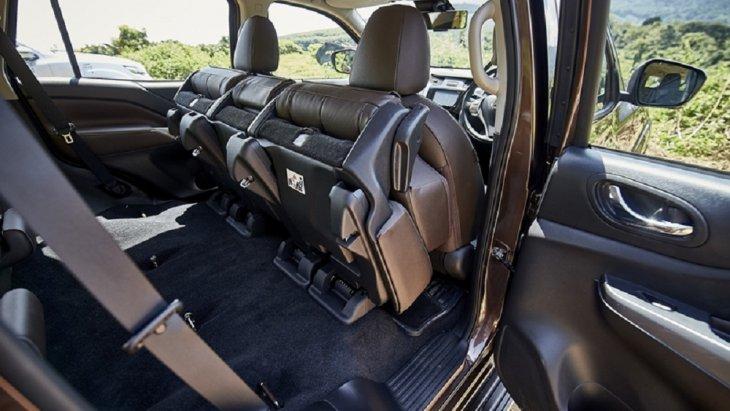 ภายในห้องโดยสารยกชุดมาจาก Navara แทบทั้งหมด โดยรุ่นท็อป (2.3 VL 4WD) จะถูกตกแต่งเบาะนั่งและแผงประตูด้วยโทนสีน้ำตาล