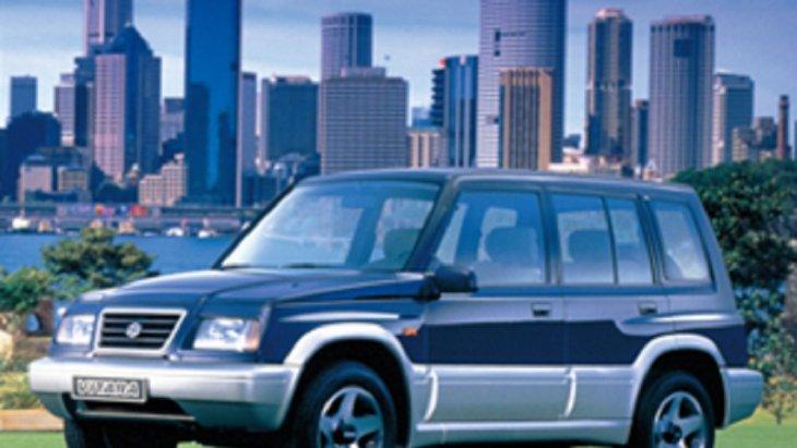 ปี 1995 SUZUKI Vitara รุ่น 5 ประตู เครื่องยนต์ 2.0 ลิตร V6 เป็นรถ 4X4 รุ่นแรกที่ออกแบบมาอย่างหรูหราแหกกฎรถ 4X4