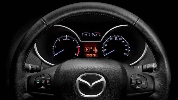พวงมาลัยสามก้านทรงสปอร์ต สไตล์เฉกเช่นรถยนต์นั่งหรู แผงหน้าปัดและมาตรวัดความเร็วทรงกลมแบบไร้ขอบ (Hoodless Design)
