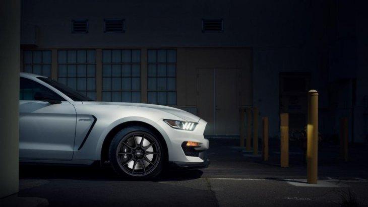 โดยรถแบบ GT350 นั้นจะมีการเปลี่ยนแปลงเล็กน้อยทั้งทางด้านภายนอกและภายใน โดยใช้เครื่องยนต์ขนาด 5.2 ลิตรแบบ V8 ให้กำลังทั้งสิ้น 526 แรงม้าและขับเคลื่อนทางด้านล้อหลัง (Rear Wheel Drive)