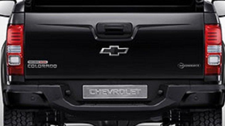 กันชนหลังพร้อมมือจับฝาท้ายสีดำพร้อมตราสัญลักษณ์ CHEVROLET สีดำ และไฟท้ายดีไซน์ใหม่สอดรับกับตัวรถได้อย่างลงตัว