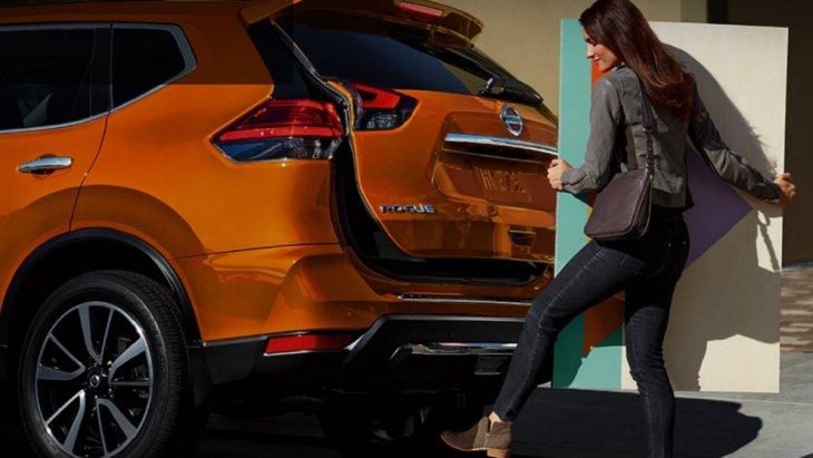 คุณสามารถเปิดประตูหลังได้อย่างง่ายดายแม้มือทั้งสองข้างถือของพะรุงพะรังด้วยระบบ Nissan Divide-N-Hide  เพียงแค่ใช้เท้าแตะไปที่บริเวณกันชนหลังโดยไม่ต้องวางของ