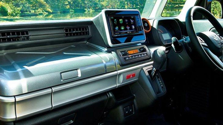ภายใน Suzuki Spacia Gear 2019 ยังคงเหมือนกับ Spacia อีก 2 เวอร์ชั่นก่อนหน้า แค่ตกแต่งฝากล่องเก็บของบนแผงหน้าปัดใหม่เพื่อให้เข้ากับบุคลิกของรถ