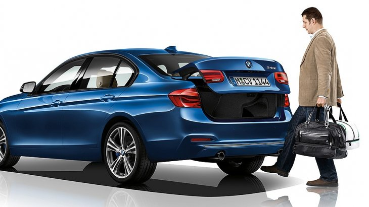 BMW 3 Series 2019 จัดเทคโนโลยีสุดล้ำสมัยสำหรับการเปิดประตูท้ายแบบไม่ต้องสัมผัสประตูและรีโมท เพียงแค่สอดเท้าเข้าไปใต้กันชนหลังเพียงเท่านี้ประตูท้ายก็จะเปิดผ่านเซ็นเซอร์ที่ตรวจสอบว่ารหัสของกุญแจที่คุณมีนั้นตรงกัน