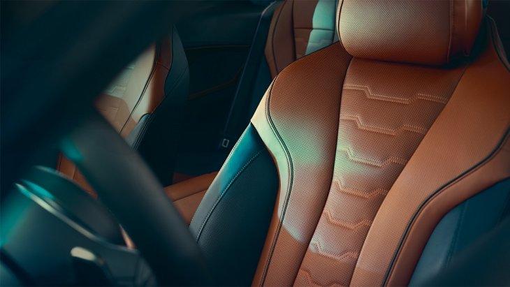 เบาะนั่งหุ้มด้วยหนัง Merino เพื่อเพิ่มความหรูหราและมีรสนิยมให้กับ BMW 8 Series Coupé  มากยิ่งขึ้น