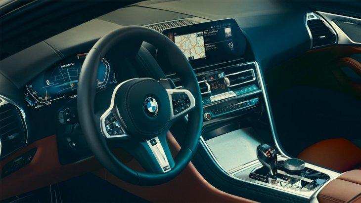 BMW 8 Series Coupé ออกแบบและจัดวางอุปกรณ์และสิ่งอำนวยความสะดวกต่างๆ โดยเน้นผู้ขับขี่เป็นหลัก เพื่อเน้นการใช้งานง่าย สะดวก และปลอดภัยสำหรับผู้ขับขี่