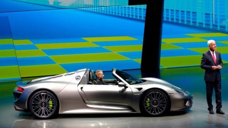 ปอร์เช่ 918 สไปเดอร์ (Porsche 918 Spyder) ซูเปอร์คาร์เปิดประทุน 2 ที่นั่นพกพาดีไซน์อันเป็นเอกลักษณ์ อาศัยแรงบันดาลใจจากรถสปอร์ตยอดนิยมของโลกอย่างปอร์เช่ 911