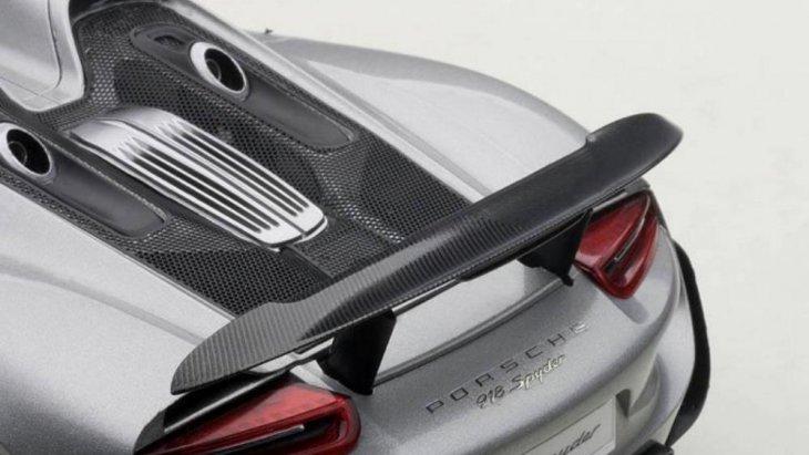 สปอยเลอร์ด้าน้ท้ายที่ยกสูงช่วยให้รถมีการทรงตัวที่ดี ถึงแม้จะใช้ความเร็วสูง