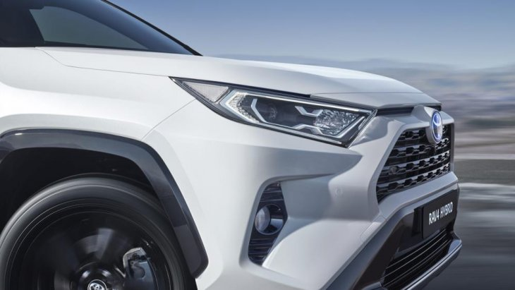 ในโฉมที่ 5 ของ Toyota RAV4 จะมีเครื่องยนต์ 4 สูบแบบใหม่ใหม่ให้เลือก 3 แบบ : เครื่อง 2.0 ขับเคลื่อนล้อหน้า เครื่อง 2.5 ลิตรขับเคลื่อนน้ำมัน 4 ล้อแบบเมคานิค และเครื่อง 2.5 ลิตร Hybrid และเลือกระบบขับเคลื่อนได้ระหว่างล้อหน้าหรือขับเคลื่อนแบบไฟฟ้าสี่ล้อ