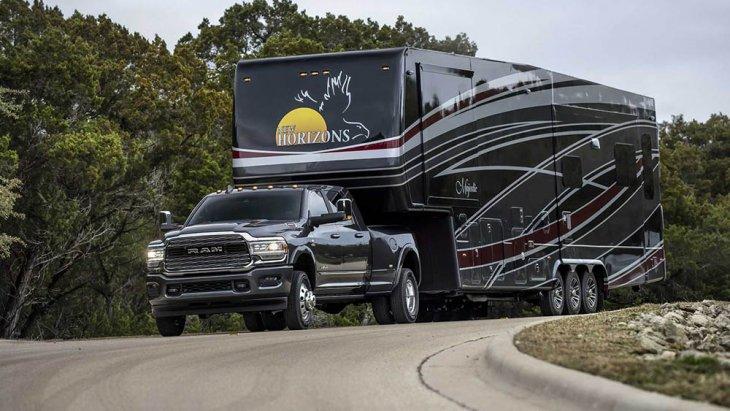 รถกระบะแบบ Ram รุ่นนี้มาพร้อมกับการลากน้ำหนักได้ถึง 35,100 ปอนด์ (ประมาณ 14,288 กิโลกรัม) และโหลดน้ำหนักทั้งสิ้น 7,680 ปอนด์ (3,483 กิโลกรัม)